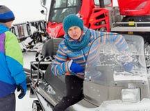 Prowadzenie siedzi na snowmobile na śnieżnym skłonie fotografia stock