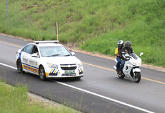Prowadzi policja drogowa rowerzysty samochodowego daje dobro sposób autostrada Zdjęcie Royalty Free