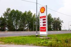 Prowadzi znaka, wskazuje cenę paliwo na benzynowej staci S, Obraz Stock