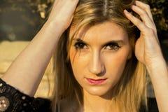 Prowokujący i uwodzicielski spojrzenie blond dziewczyna zdjęcie royalty free