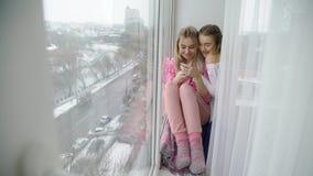 Proximité d'amour d'étreinte de filles de loisirs de bff d'amitié Photographie stock libre de droits