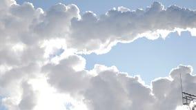 Proyection för miljö- problem förorening för fabrik för luftbakgrund blå global värme Jordproblem Rökande fabrikslampglas Sikt av stock video