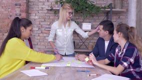 Proyecto acertado del negocio, equipo feliz de la oficina que da gesto positivo durante trabajo del triunfo sobre nuevo proyecto  almacen de video