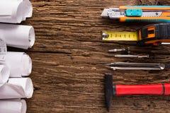 Proyecto arquitectónico, modelos, rollos y compás del divisor, calibradores del modelo en fondo de madera del vintage Concep de l imagenes de archivo