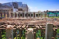 Proyecto de construcción de puente: El apoyar temporal de madera imagen de archivo libre de regalías