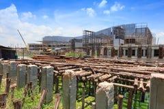 Proyecto de construcción de puente: El apoyar temporal de madera fotos de archivo