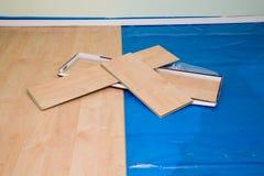 Proyecto de DIY: instalación del suelo laminado acabado arce en la vida Foto de archivo libre de regalías