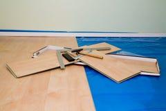 Proyecto de DIY: instalación del suelo laminado acabado arce en la vida imágenes de archivo libres de regalías