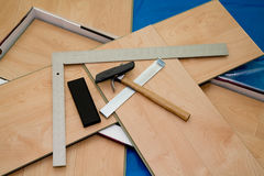 Proyecto de DIY: suelo laminado y herramientas usados Imagenes de archivo