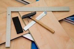 Proyecto de DIY: suelo laminado y herramientas usados fotografía de archivo libre de regalías
