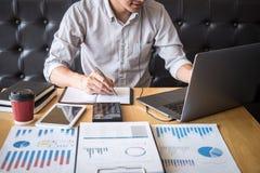 Proyecto de inversión de trabajo del hombre de negocios sobre el ordenador portátil con el documento del informe y analizar, calc imagen de archivo libre de regalías