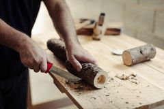 Proyecto de la artesanía en madera que hace a tres candeleros de madera rústicos de la luz del té imagen de archivo libre de regalías