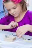 Proyecto de la ciencia de la chica joven imágenes de archivo libres de regalías