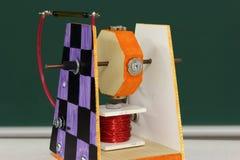 Proyecto de la tecnología del estudiante: interruptor magnético del motor Foto de archivo libre de regalías