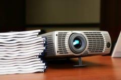 Proyector con la pila de libros Fotos de archivo libres de regalías