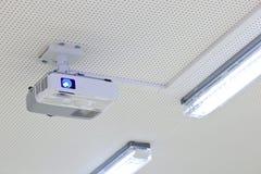 Proyector de arriba del lcd en una sala de clase moderna Foto de archivo