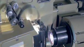 Proyector de película anticuado en funcionamiento almacen de video