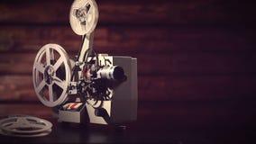 Proyector de película en un fondo negro con la iluminación dramática y el foco selectivo almacen de metraje de vídeo