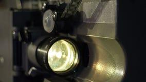 Proyector de película viejo que juega en la noche Primer de un carrete con una película metrajes