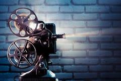 Proyector de película viejo con la iluminación dramática Foto de archivo