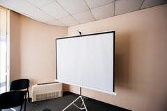 Proyector en blanco en la sala de reunión del seminario de la oficina Foto de archivo
