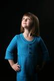 Proyector en la cara de la chica joven bonita en azul Foto de archivo libre de regalías