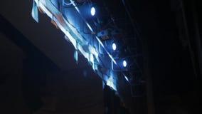 Proyector hermoso en la escena de la música, concierto de la iluminación almacen de metraje de vídeo