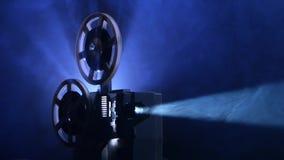 Proyector viejo accionado La película gira carretes y demostraciones de la película del vintage metrajes