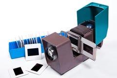Proyector viejo para exhibir de diapositivas Diapositivas en caja azul en wh Imagen de archivo libre de regalías
