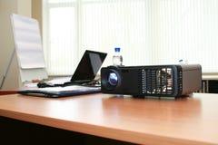 Proyector y computadora portátil del ordenador en la sala de reunión Fotografía de archivo libre de regalías