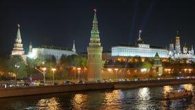 Proyectores sobre Moscú el Kremlin Opinión de la noche del puente sobre el Moskva-río metrajes