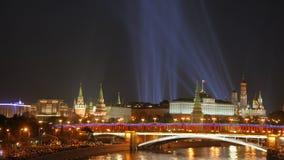 Proyectores sobre Moscú el Kremlin Opinión de la noche del puente sobre el Moskva-río almacen de metraje de vídeo