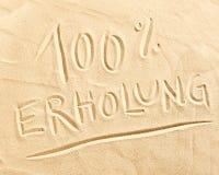 100 Prozent Erholung gezeichnet in Strandsand Lizenzfreies Stockbild