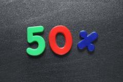 50 Prozent formuliert unter Verwendung der farbigen Kühlschrankmagneten Stockfotos