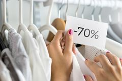 70 Prozent heruntergesetzt Kleidung in einem Shop Stockfotos