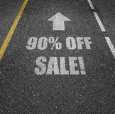 90 Prozent heruntergesetzt Verkaufszeichen auf Straße Lizenzfreies Stockfoto