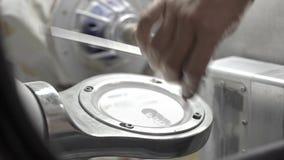 Prozess der Extraktion der Keramikdiskette in der zahnmedizinischen Fräsmaschine stock video footage