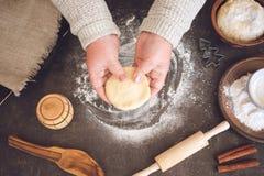 Prozess der Herstellung von Weihnachtsplätzchen Reife Frau, Omahände, die Teig machen stockbilder