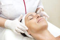Prozess der Massage und der Gesichtsbehandlungen lizenzfreies stockbild