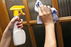 Prozess der Reinigung, wischend ab Stockfoto