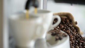 Prozess der Vorbereitung eines Espressos stock video