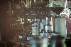 Prozess der Vorbereitung eines Espressos Stockbilder