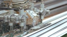 Prozess des Arbeitens der Fensterfabrikmaschine stock video footage