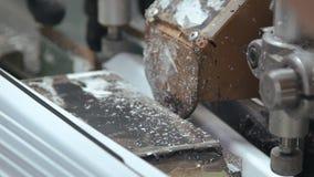 Prozess des Arbeitens der Maschine auf der Fensterfabrik stock video footage