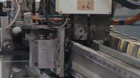 Prozess des Bearbeitens der Maschine auf der Fensterfabrik stock video