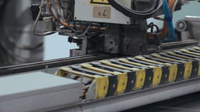 Prozess des Bearbeitens der Maschine auf der Fensterfabrik stock footage