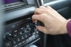 Prozess des Einstellens des Autos auf Komfort-Antrieb und -drehung auf dem Drehen hellen b lizenzfreie stockbilder
