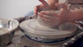 Prozess des handgemachten Modelliertongeschirrs auf Töpferscheibe, Nahaufnahme von Händen stock video footage