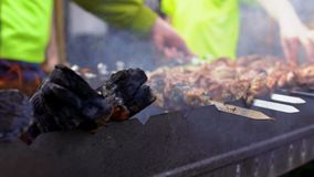 Prozess des Kochens des Grills am Freilicht stock video