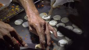 Prozess des Kochens von exotischen thailändischen Pfannkuchen mit Kokosnuss bricht auf einem Nachtmarkt in Thailand ab Thailändis stock footage